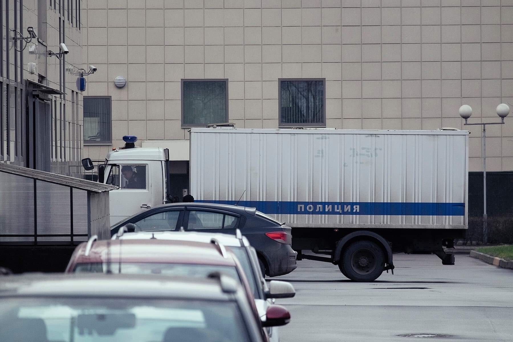 En fangetransportbil på vei til retten i Moskva.