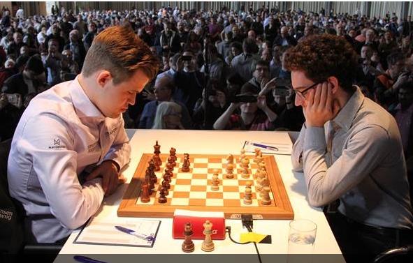 DRAMATISK: Fra lørdagens møte mellom Magnus Carlsen og Fabiano Caruana i Karlsruhe.