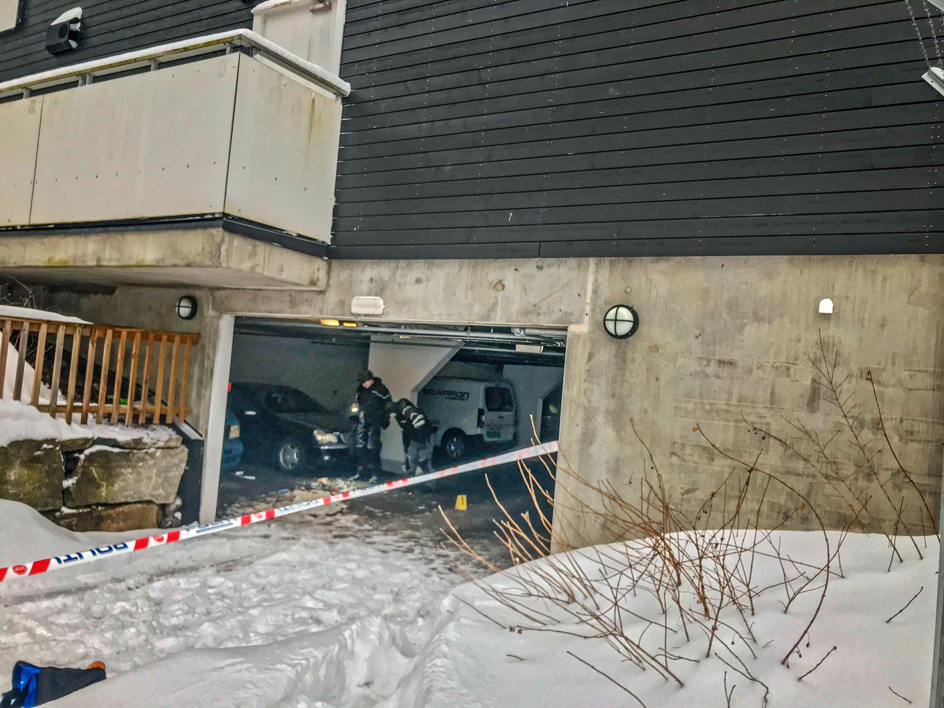 ÅSTED: Politiets teknikere på plass inne i garasjeanlegget.