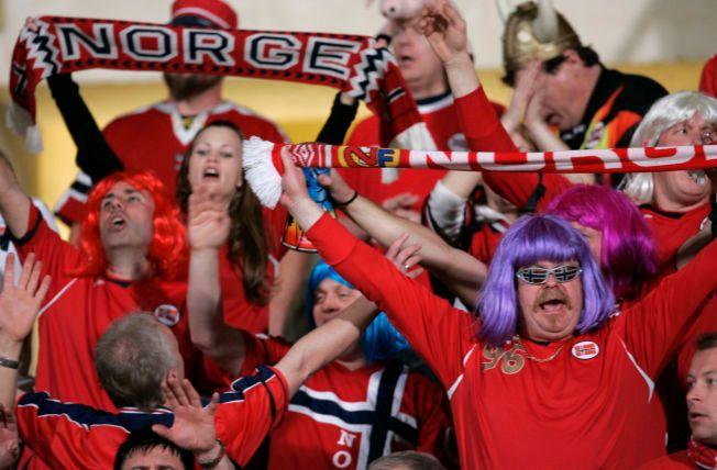 FESTSTEMNING: Slik kan det se ut på tribunen under Norges landskamper. Her er et knippe supportere avbildet da Norge spilte mot Malta i november 2007.