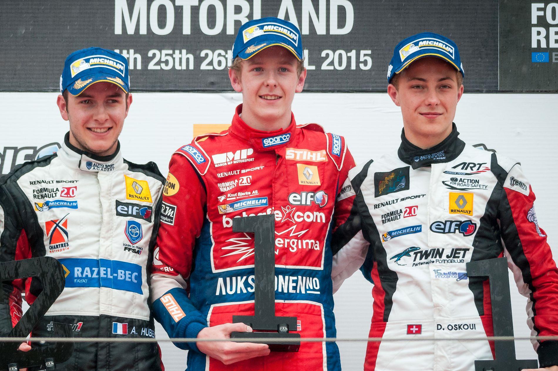 PÅ PALLEN SAMMEN: Dennis Olsen (i midten) og Anthoine Hubert (t.v.) ble nummer én og to i et løp i Formel Renault 2.0 på Motorland Aragon i 2015. Til høyre Darius Oskoui.