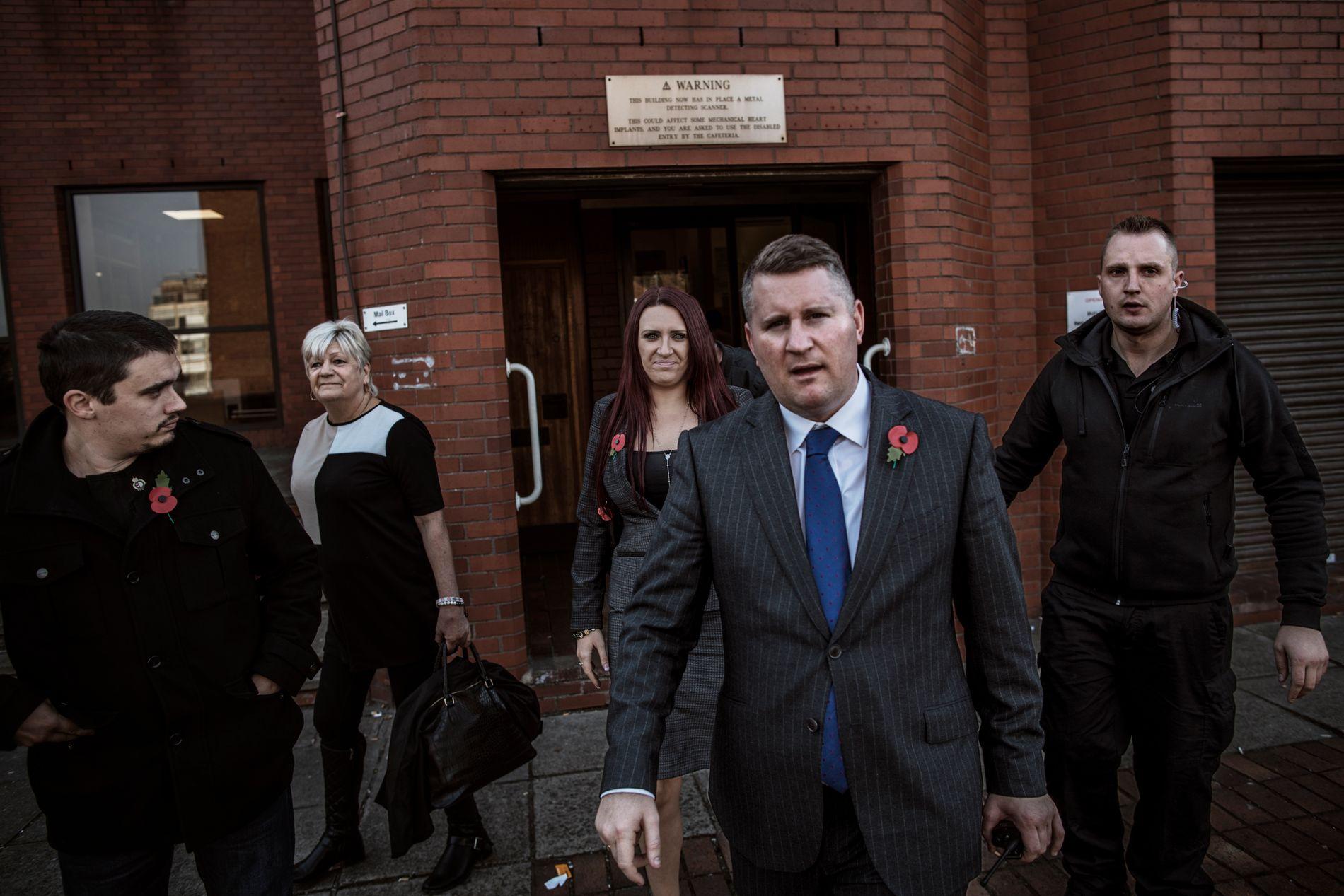 OMSTRIDT: Lederen av Britain First, Jayda Fransen, kommer ut av rettssalen i Luton, der hun har blitt anklaget for rasisme og for å provosere muslimer. Til høyre for henne den tidligere lederen Paul Golding.