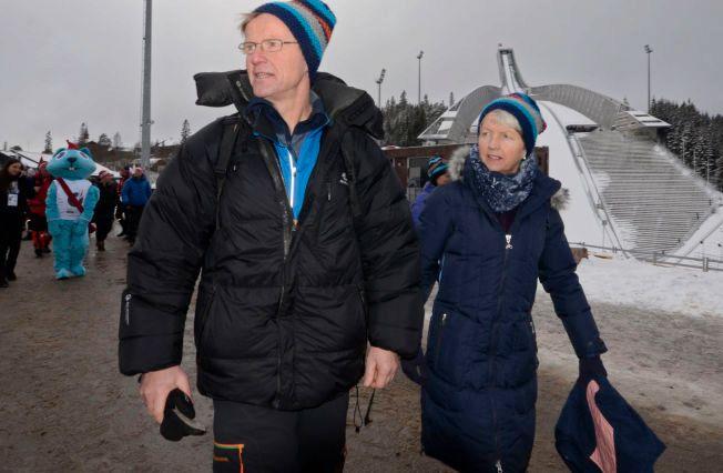 ENDELIG VM: Klemet Bø og Aslaug Thingnes Bø var ute i god tid for å finne plassene sine på tribunen i Holmenkollen foran mix stafetten i går. Mens pappa Klemet tok turen til Nove Mesto i 2013, er dette mamma Aslaugs aller første VM.