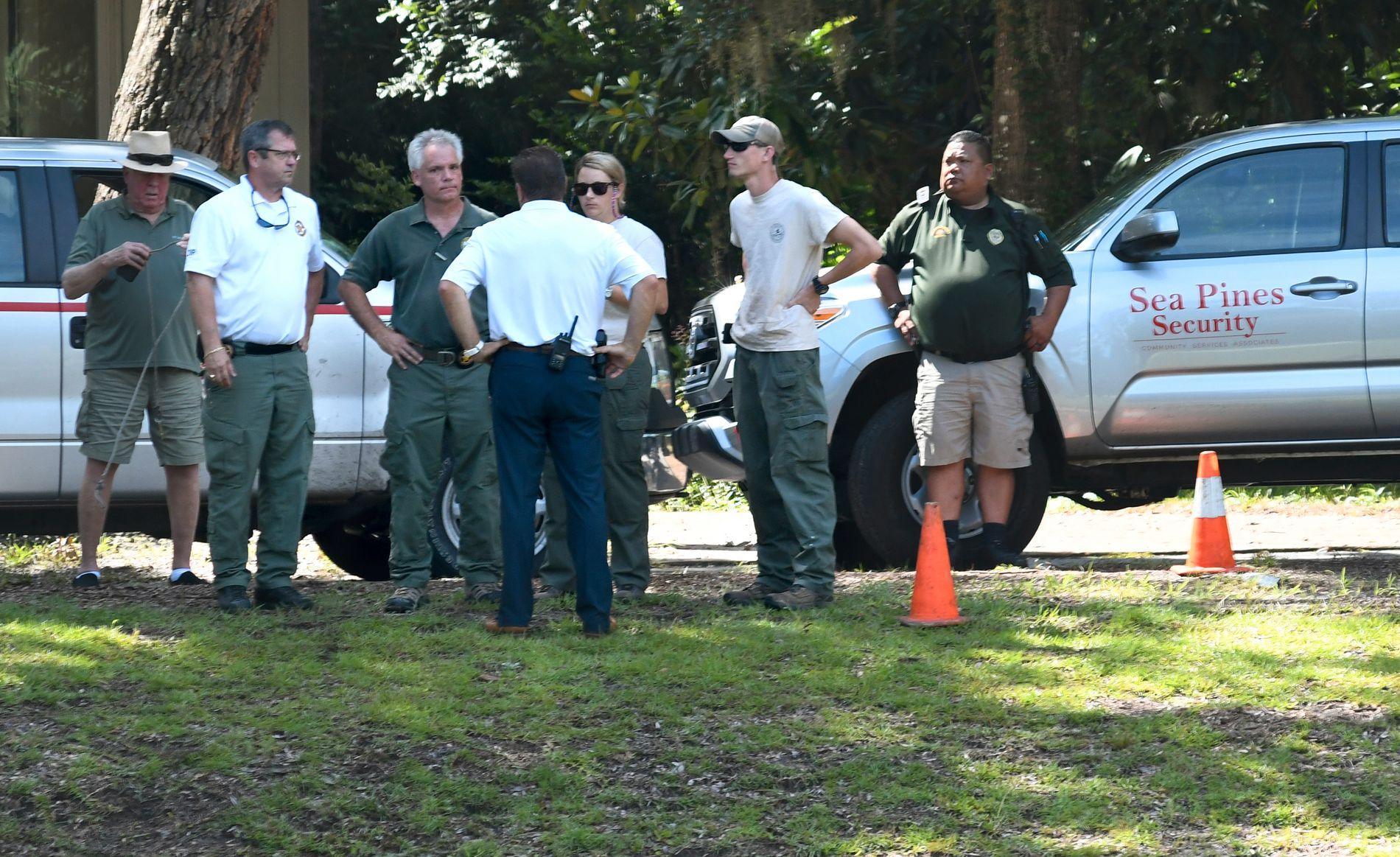 ÅSTED: Lokale myndigheter og vektere fra det private boligfeltet Sea Pines på plass like ved der Cassandra Cline ble dratt ned i vannet på Hilton Head mandag.
