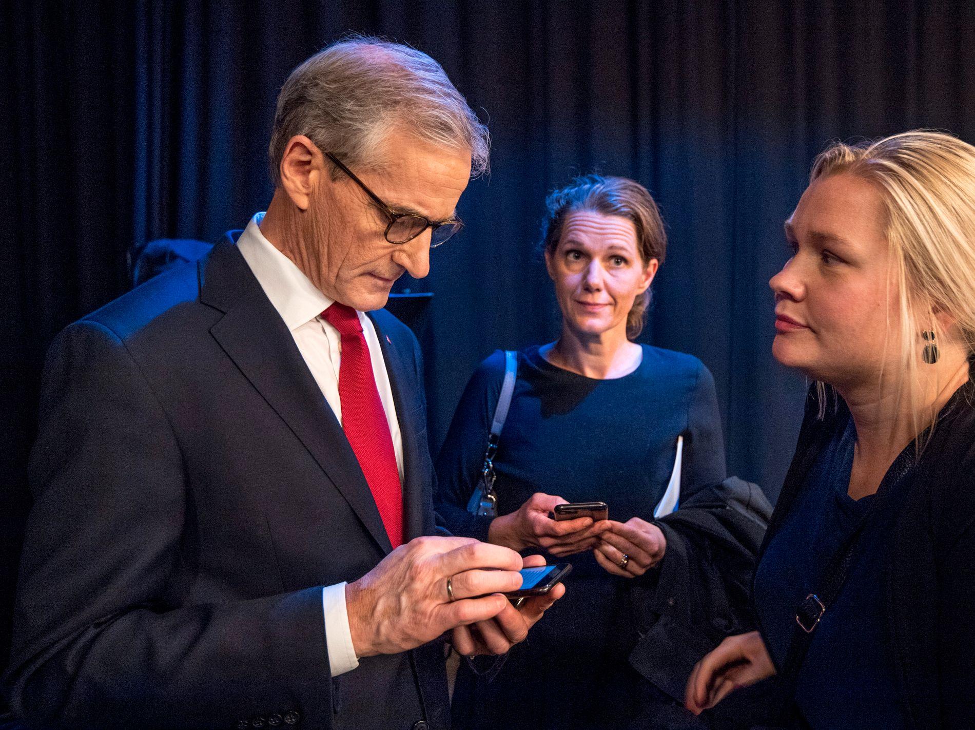 FÅR RÅD: Jonas Gahr Støre får råd fra sine kommunikasjonsrådgiver Marte Ingul (til høyre), mens kommunikasjonssjef Camilla Ryste står i bakgrunnen etter partilederdebatten på TV 2 torsdag forrige uke.