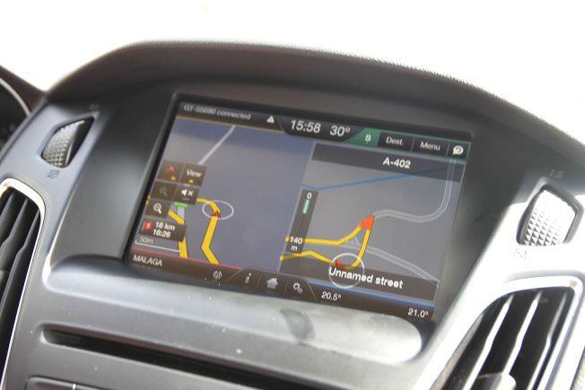 BRA SKJERM: Den åtte tommer store berøringsskjermen opplevdes som bra på alle måter. Her er navigasjonen, som også vises i en mindre skjerm mellom speedometeret og turtelleren.
