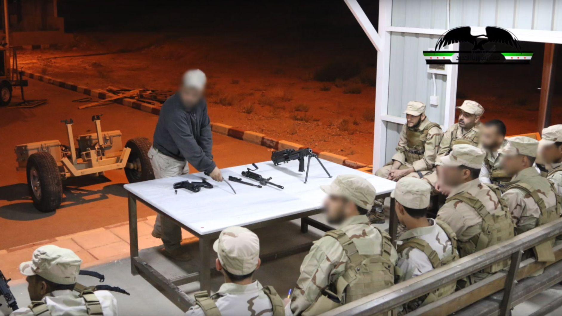 VÅPENTRENING: Soldater fra New Syrian Army får opplæring i ulike amerikanske våpensystemer av en instruktør på det som trolig er et treningssenter i Jordan. Nå skal norske spesialsoldater drive denne typen opptrening.