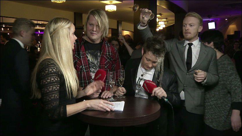 PROVOSERT: Her tømmer Kaizers-Terje champagneglasset med øl over Plumbo-vokalist Terje Erik Blokkhus. Foto: PATRIK EIAN FJELDSTAD