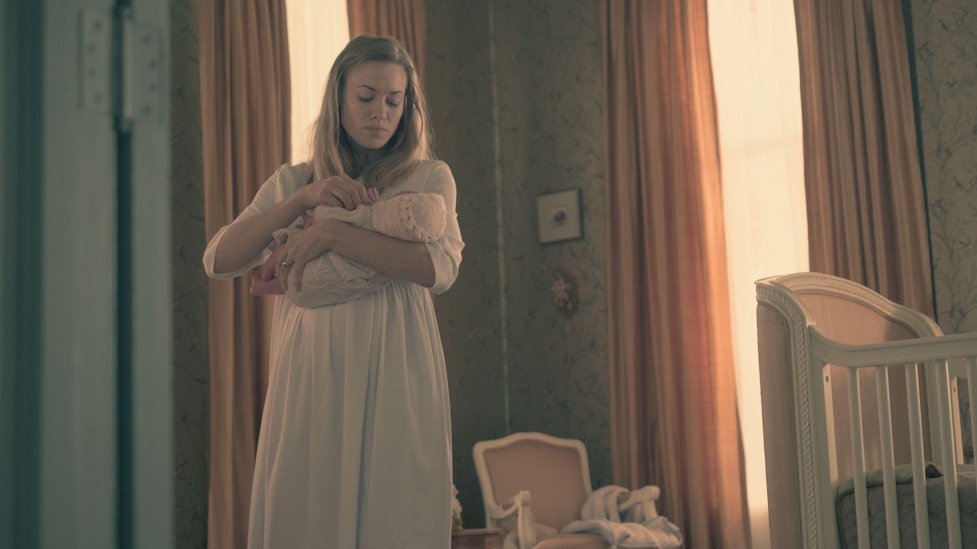 SENTRAL: Rollefiguren Serena Joy, spilt av Yvonne Strahovski, med Offreds nyfødte barn i siste episode av sesong to.