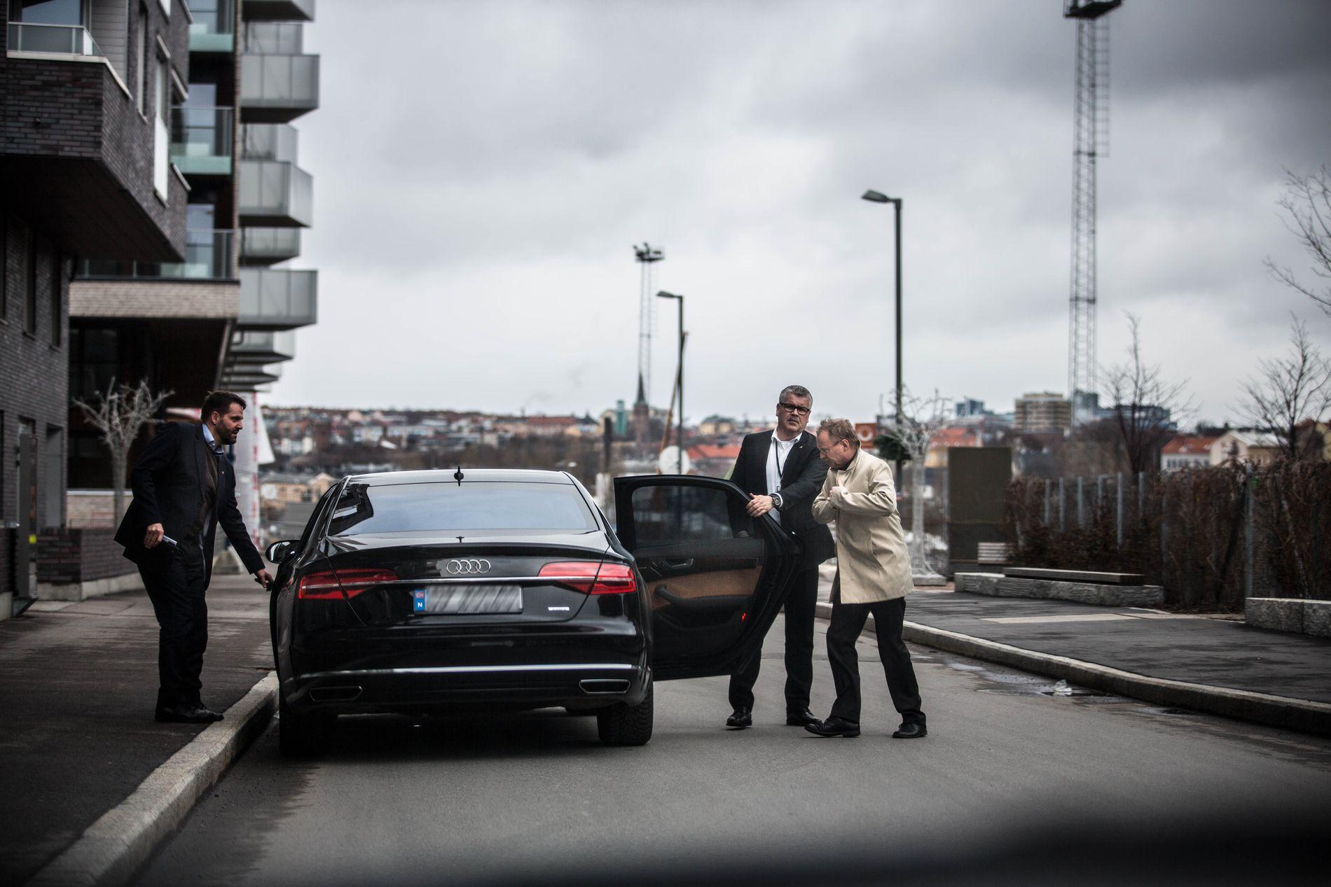 KJØRER FORTSATT AUDI: Byrådsleder Raymond Johansen (Ap) sverger fortsatt til Audi som del av sikkerhetstiltaket. Her er han på vei inn i bilen, mens den faste sjåføren åpner døren for ham. Byrådssekretær Tor Henrik Andersen til venstre.