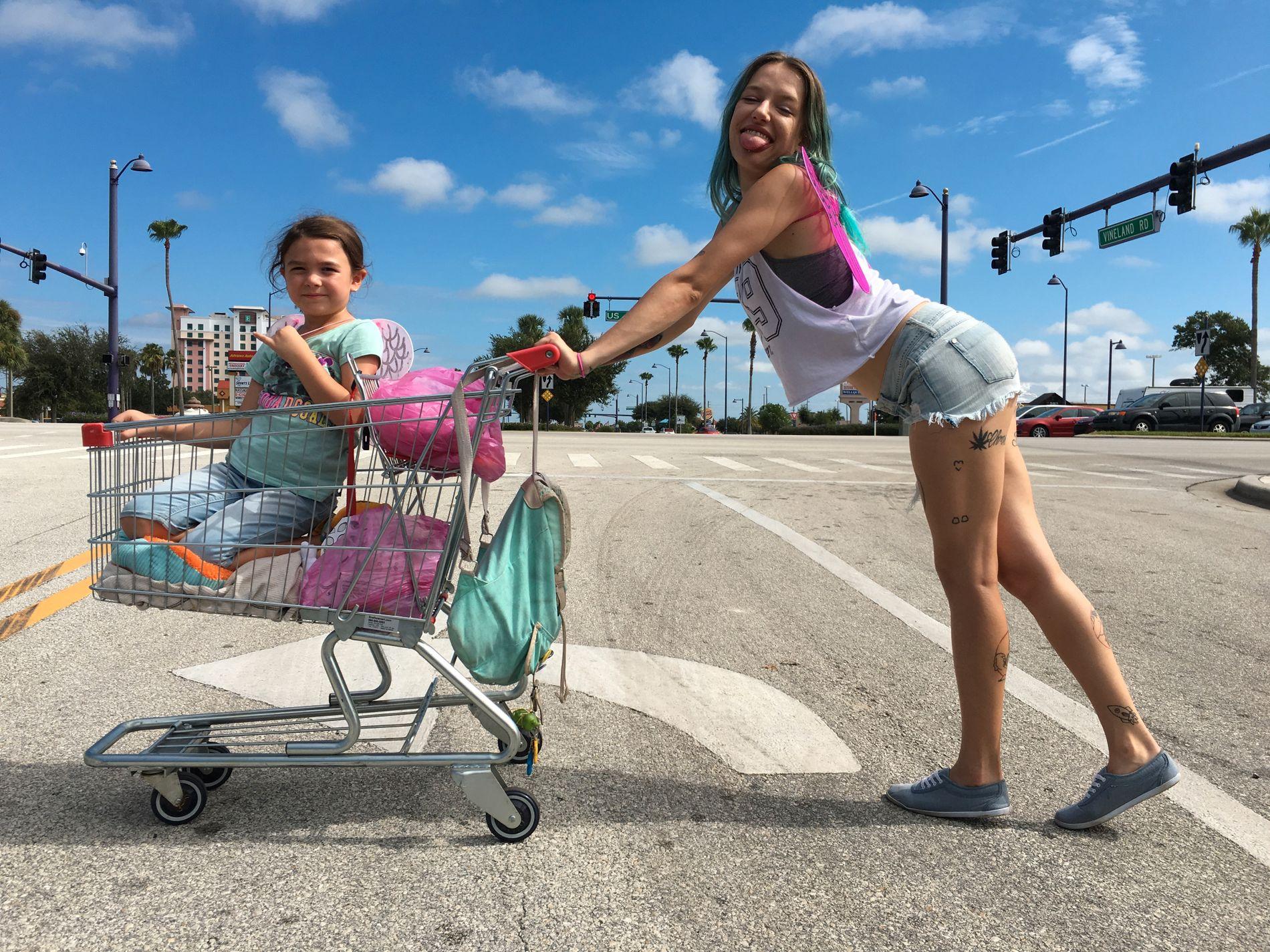 TIL HELVETE I EN HANDLEKURV?: Brooklynn Prince og Bria Vinaite i «The Florida Project».