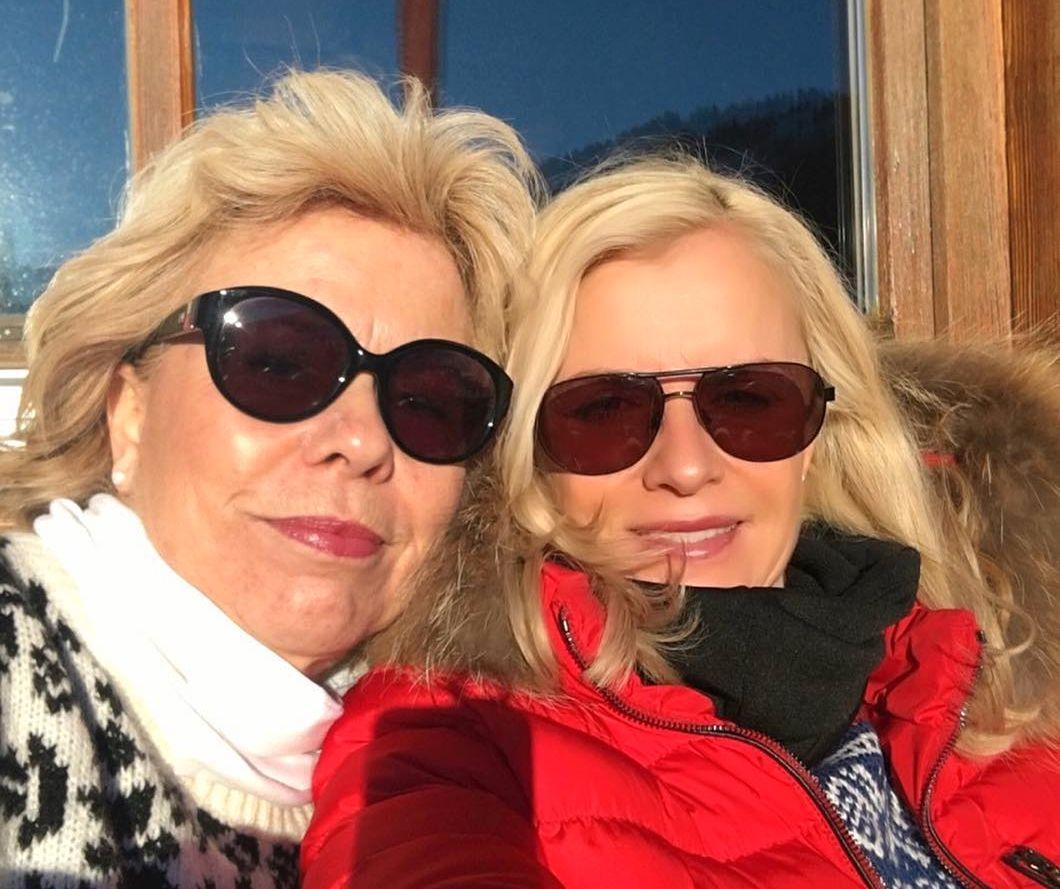 FERIEKLARE: Grete Bosvik (55) og Lise Benedikte Aas (54) reiser på sin første sydentur sammen lørdag. Nå krysser de fingrene for at Bosviks flyging går som vanlig.