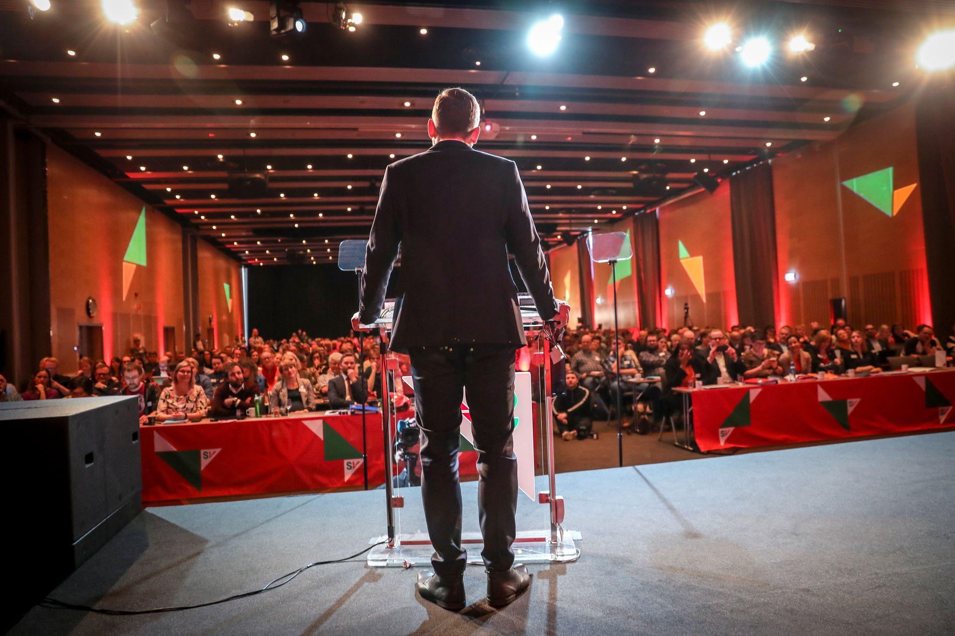 TIL FOLKET: SV-leder Audun Lysbakken holder sin åpningstale.