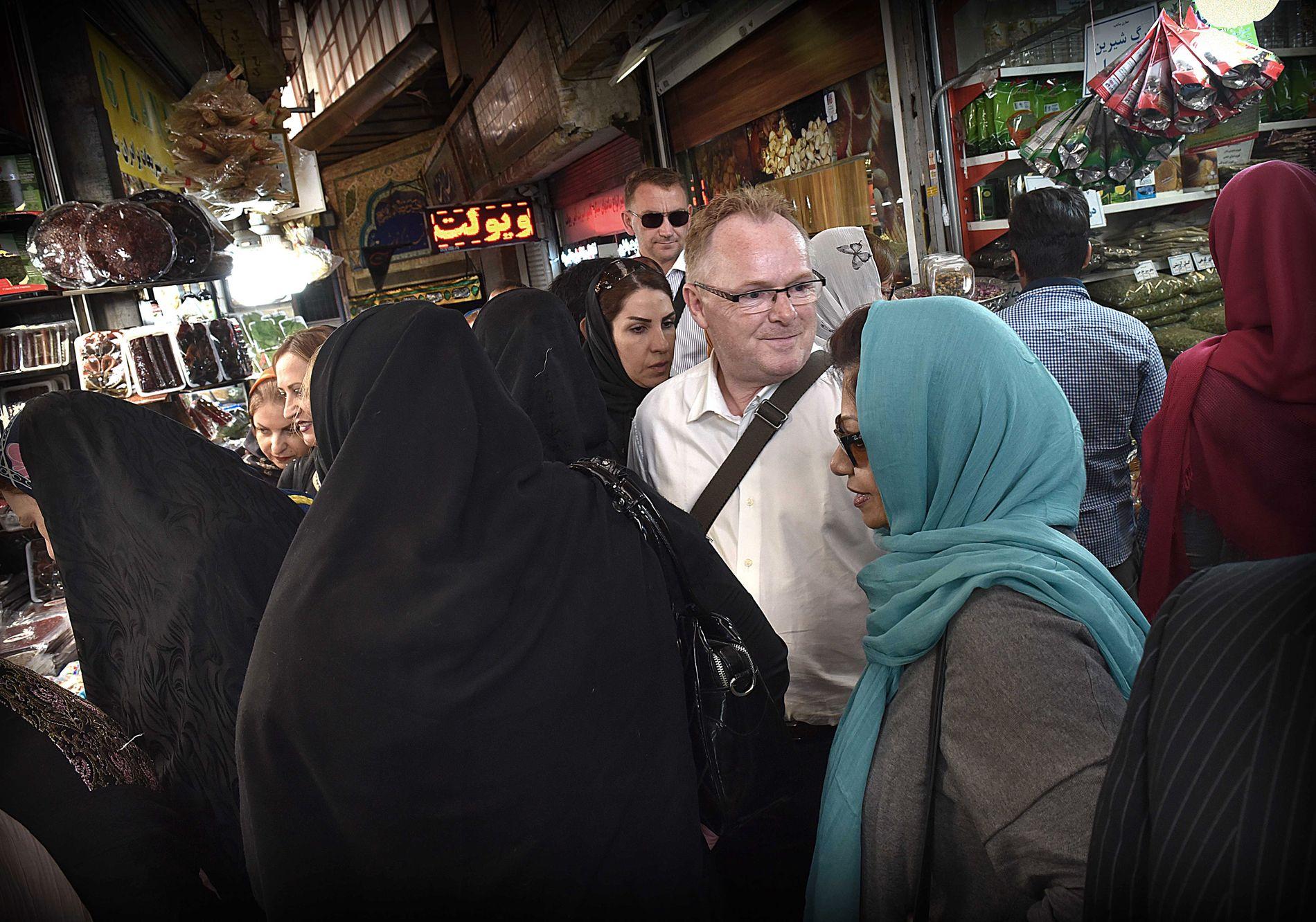 BURKA-NEI: Frp-nestleder og fiskeriminister Per Sandberg tok et par timer fri torsdag ettermiddag. Tiden ble benyttet til sightseeing og litt shopping i den nordlige delen av Irans hovedstad Teheran.