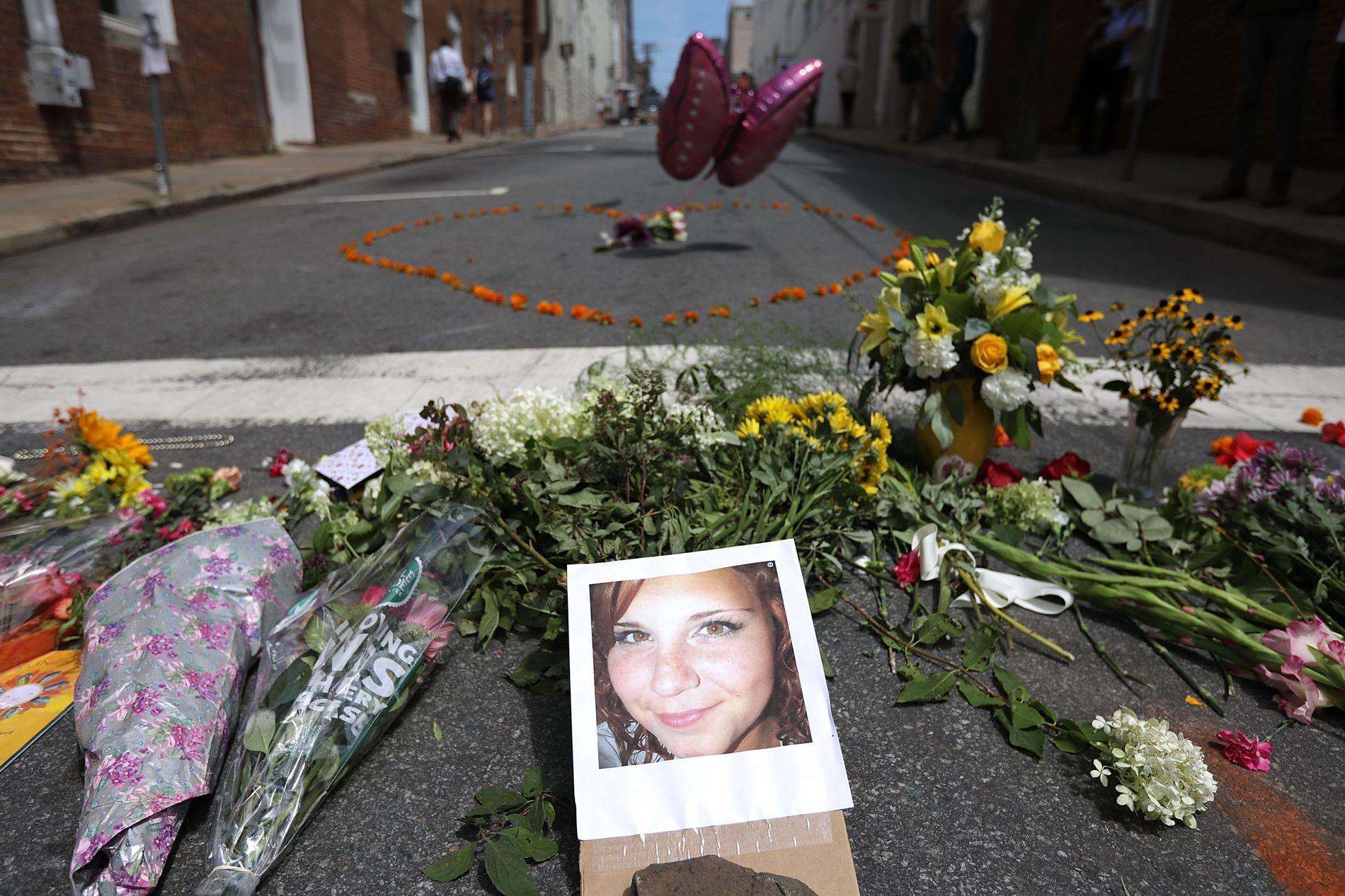 DREPT: Ved åstedet i Charlottesville har folk lagt ned blomster ved siden av et bilde av 32 år gamle Heather Heyer.
