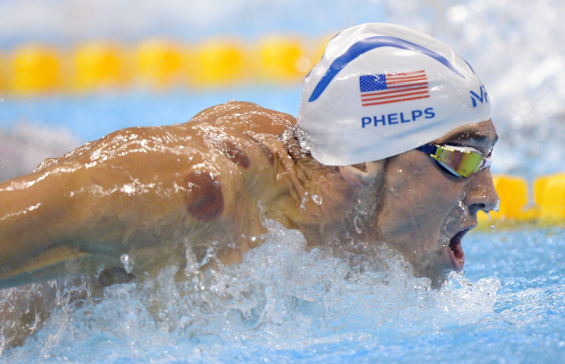 MERKET AV SLAGSMÅL? Blåmerkene på Michael Phelps sin rygg vakte oppsikt da han vant sin 23. OL-medalje på 4 x 100 meter natt til mandag. Bildet er fra 200 meter butterfly dagen etter.