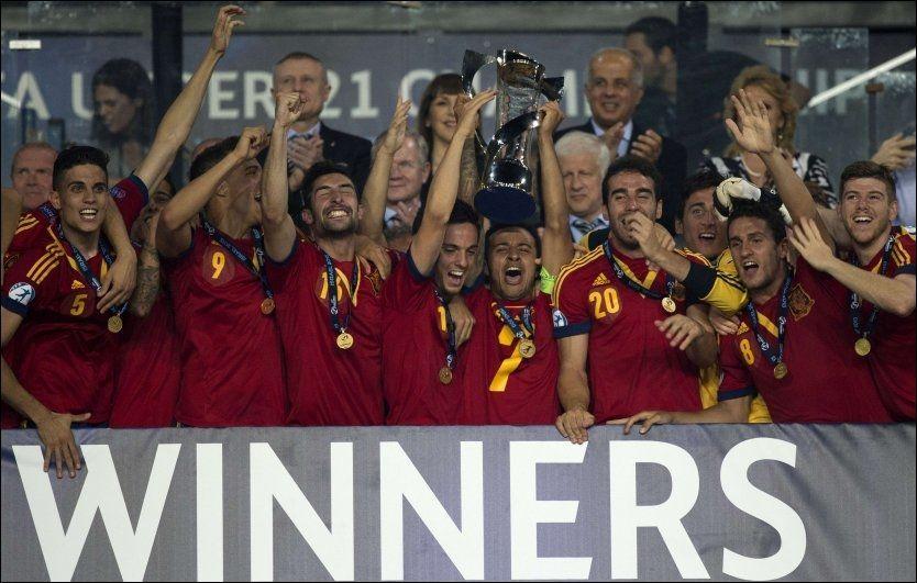 MESTERE: Spanias U21-spillere kunne heve EM-trofeet etter å ha slått Italia 4-2 i finalen. Foto: AFP