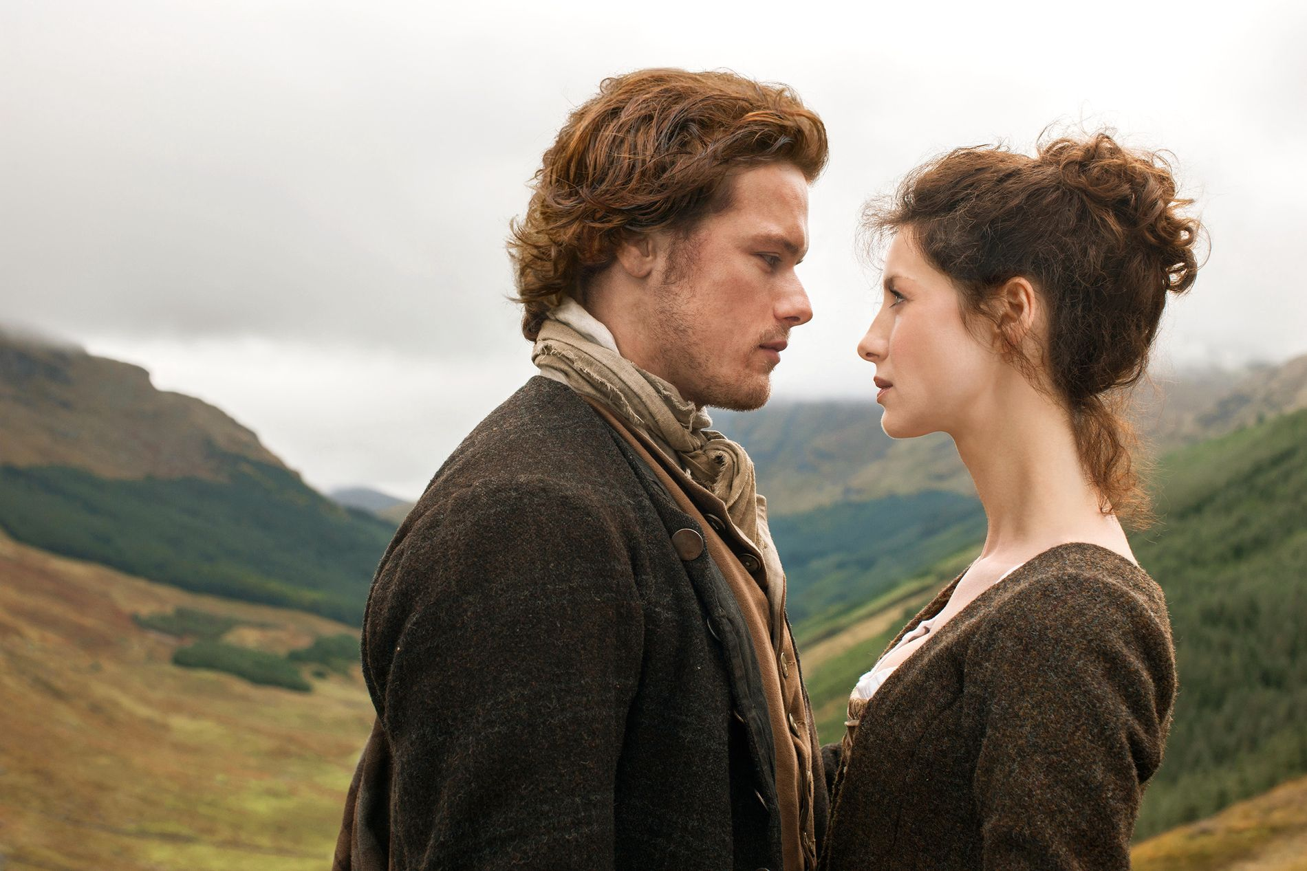 TIDLØS KJÆRLIGHET: Sam Heughan som Jamie Fraser og Caitriona Balfe som Claire Randall i sesong 1 av «Outlander».