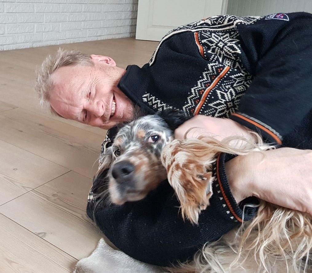 HUNDEGLEDE: – Jeg har hatt tre engelske settere de siste 30 årene. Jeg har vokst opp med hund og vet hvor konfliktdempende de er. Bort sett når det kommer til spørsmålet om å gå tur, sier han, her lekende med sin Xavi.