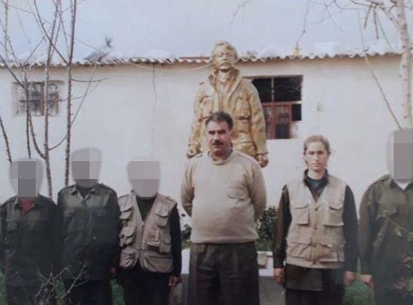 GERILJA: Gülizar Tasdemir (nr. to fra høyre) sammen med grunnleggeren av PKK-geriljaen Abdullah Öcalan. Bildet skal være tatt i 1997 i Damaskus, Syria.