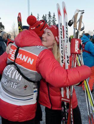 VARME GRATULASJONER: Marte Olsbu fikk en velfortjent klem av idrettssjef Morte Aa. Djupvik etter jaktstarten.