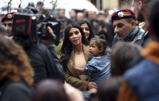 SOM HELTER: Kim Kardashian og North West ankom Armenia torsdag, og ble tatt godt i mot av befolkningen.