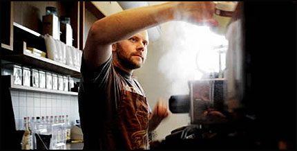 KAFFEKULTUR: Kaffebrenner Joar Christoffersen mener kaffe er kultur. På Mocca gir han folk råd om hvordan drikken best kan nytes. Foto: Annemor Larsen