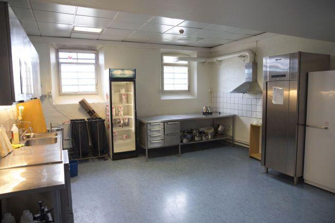 STENGT: Kjøkkenet der ansatte og innsatte på avdelingen tidligere laget seg mat, er forbudt å benytte på grunn av et gammelt og brannfarlig elektrisk anlegg.