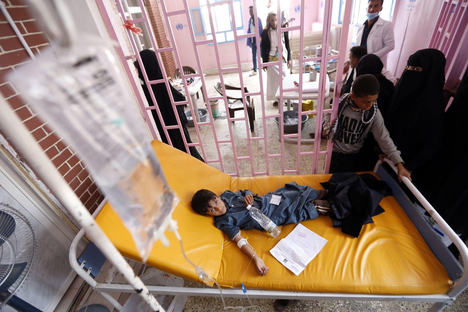 KOLERA: Barn i Jemen mottar behandling for mulig kolerainfeksjon.