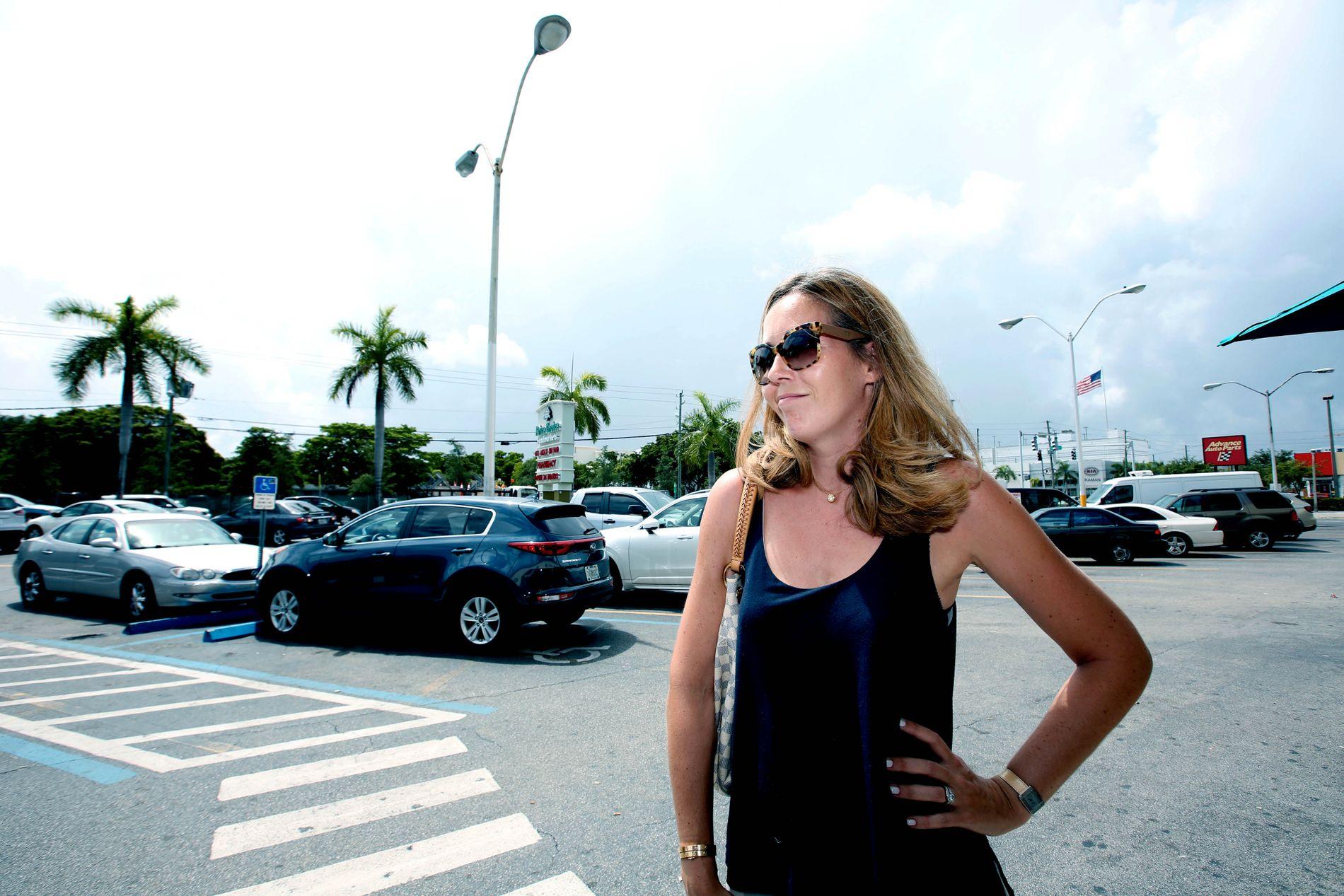SPRAYER SEG: Eve Paulet fra Frankrike har bodd i Miami i fire år. Hun forteller at hun bruker myggspray, men at hun ikke er redd for viruset.