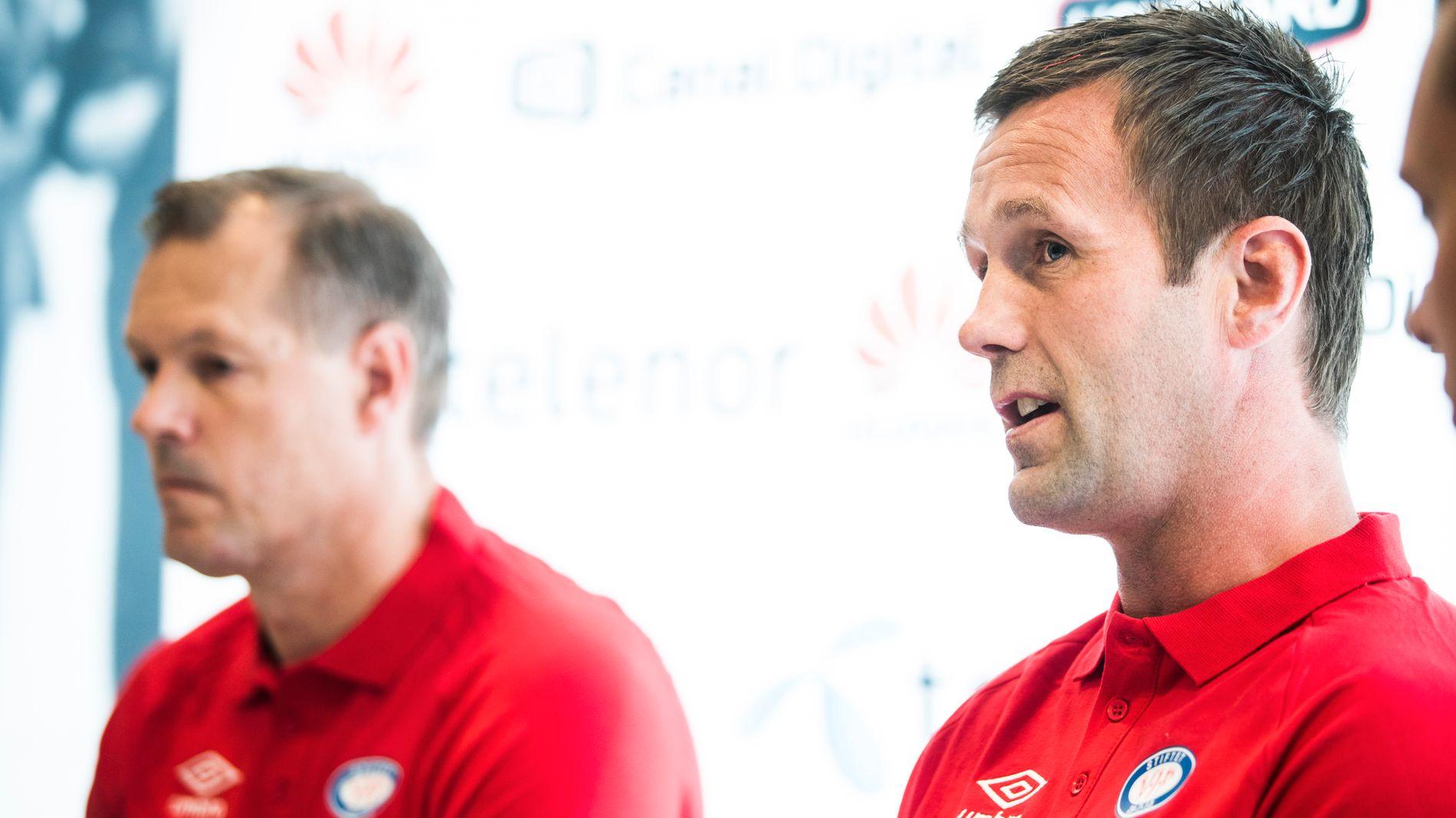 BYTTER ROLLER: Ronny Deila (til høyre) blir ny trener i Vålerenga mens Kjetil Rekdal blir sportssjef i klubben. Her fra en pressekonferanse på Vallhall Arena.