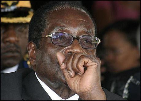 TVIHOLDER PÅ MAKTEN: Robert Mugabe er fremdeles president i Zimbabwe. Foto: REUTERS