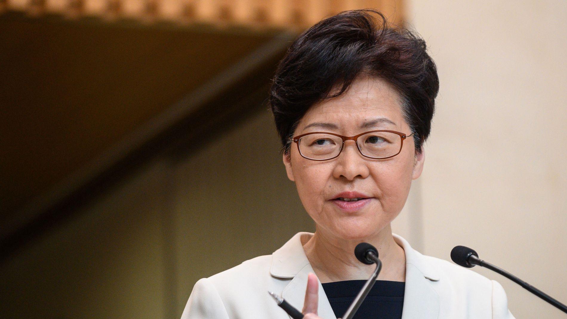 SNUR: Hongkongs leder Carrie Lam har vært i hardt vær de siste månedene, etter et omstridt lovforslag om å utlevere borgere til Kina. Nå skal hun ha valgt å trekke forslaget permanent. Her fra en pressekonferanse i slutten av august.
