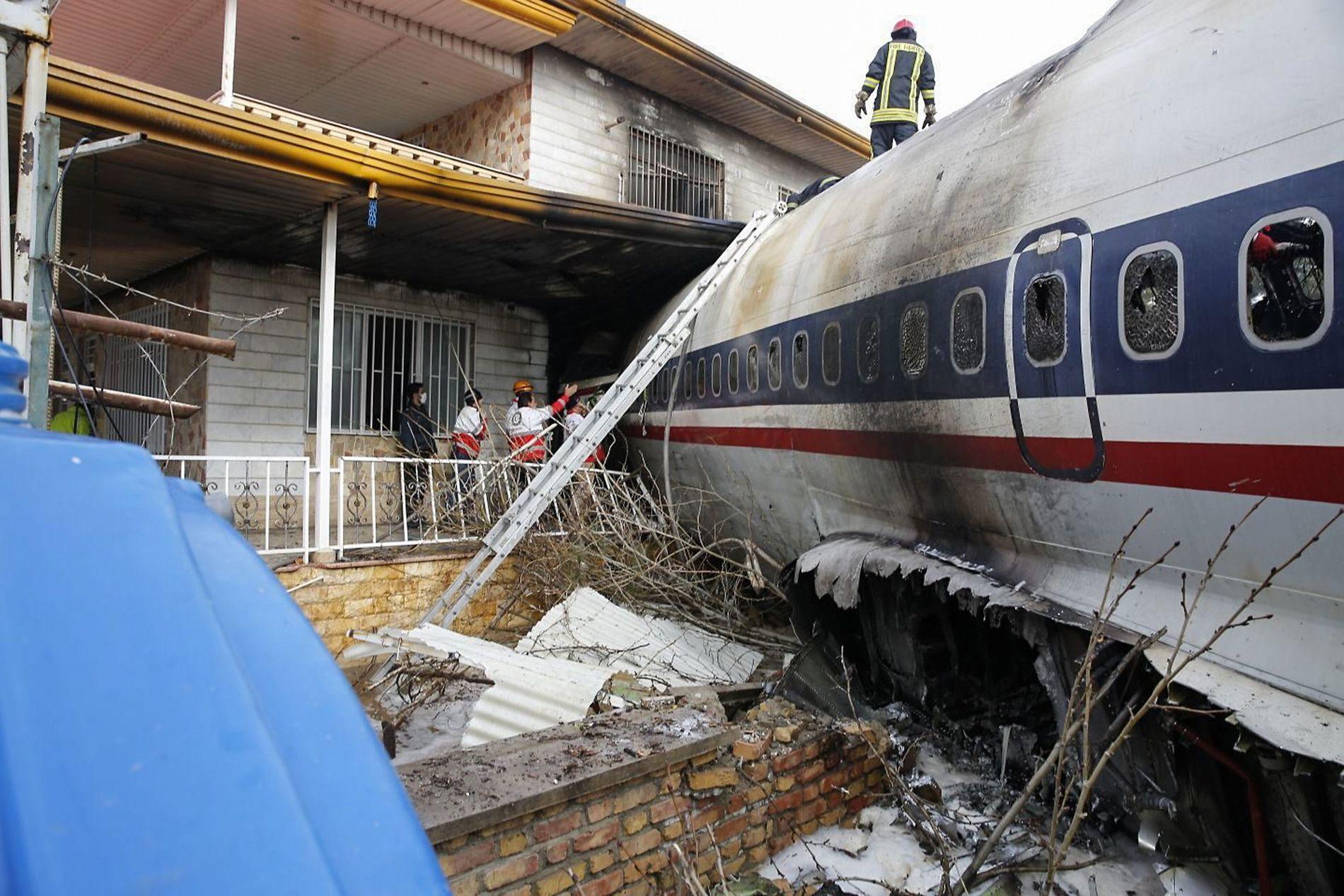 KLARTE IKKE STANSE: Flyet krasjet i en bolig da det krasjlandet på vei til flyplassen.