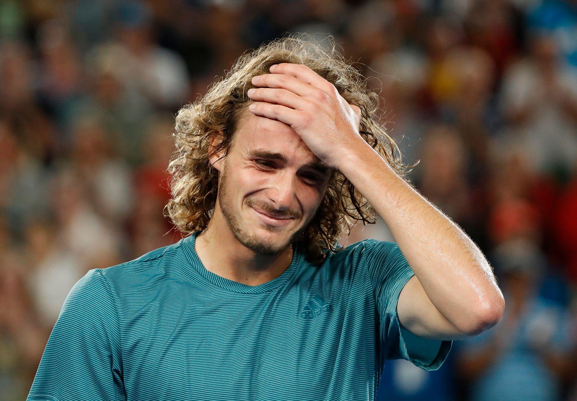 I TÅRER: Stefanos Tsitsipas var åpenbart rørt etter triumfen mot Federer.
