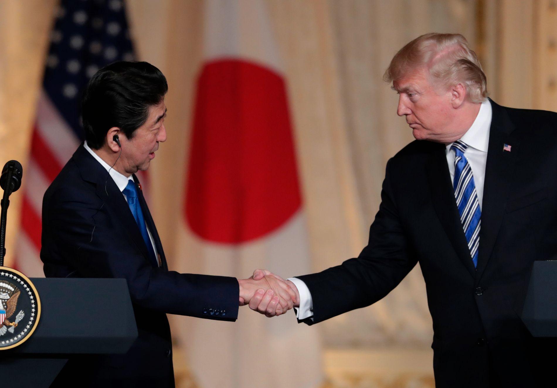 MØTE: Japans statsminister Shinzo Abe og USAs president Donald Trump under pressekonferansen i Florida onsdag. Foto: