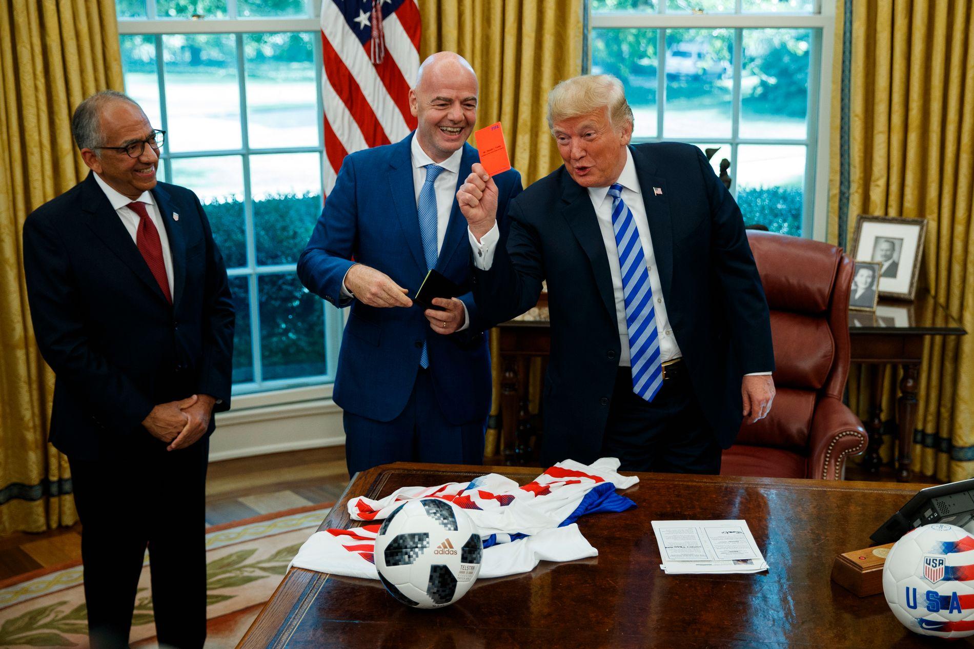 BESØKTE DET HVITE HUS: Her er FIFA-president Gianni Infantino på besøk hos Donald Trump i Det hvite hus i slutten av august. Til venstre står den amerikanske fotballpresidenten,  Carlos Cordeiro.