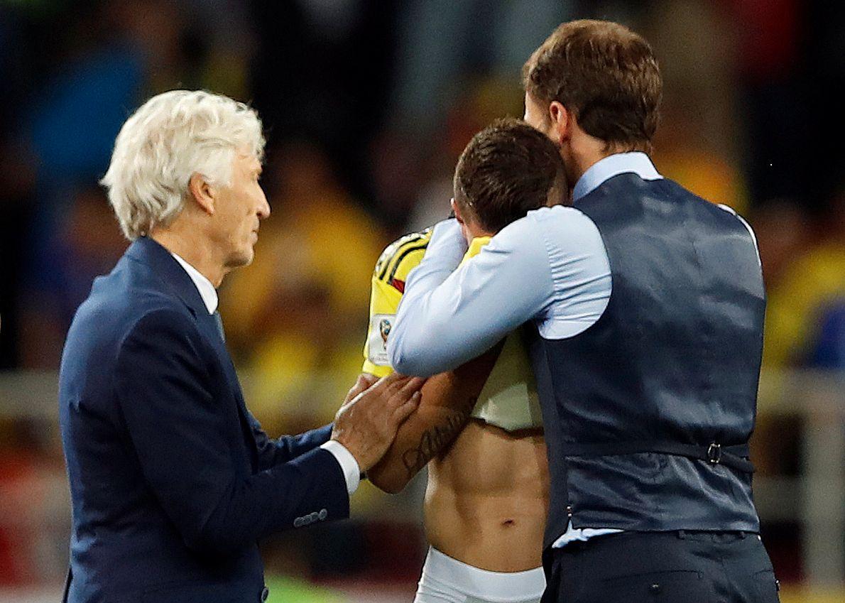 TRØSTET: Den engelske landslagssjefen klemmer Mateus Uribe, som nettopp har skutt i tverrliggeren og vært med på å sende sitt land ut av VM. Til venstre Colombias trener José Pékerman.