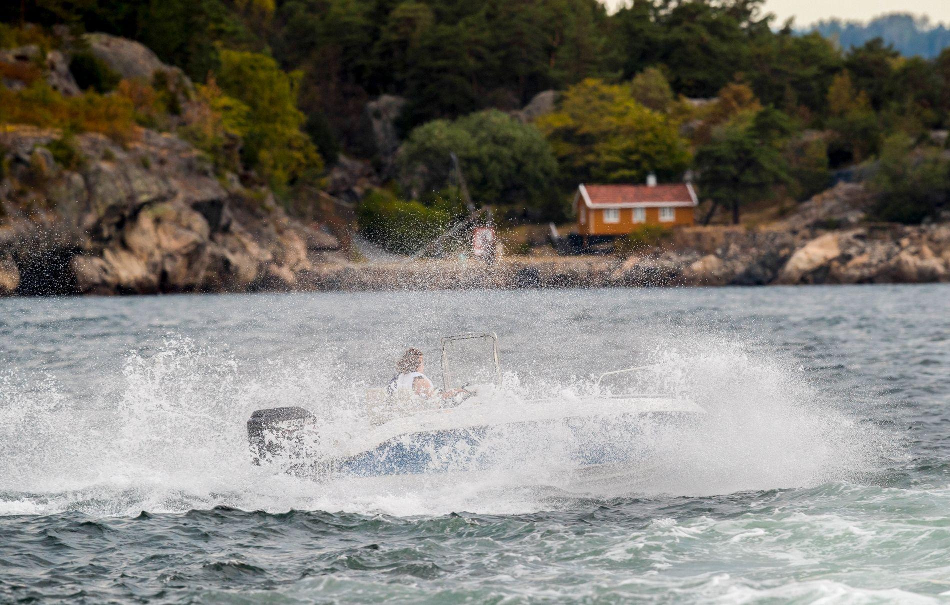 Rask båt med mye vannsprut Oslofjorden.