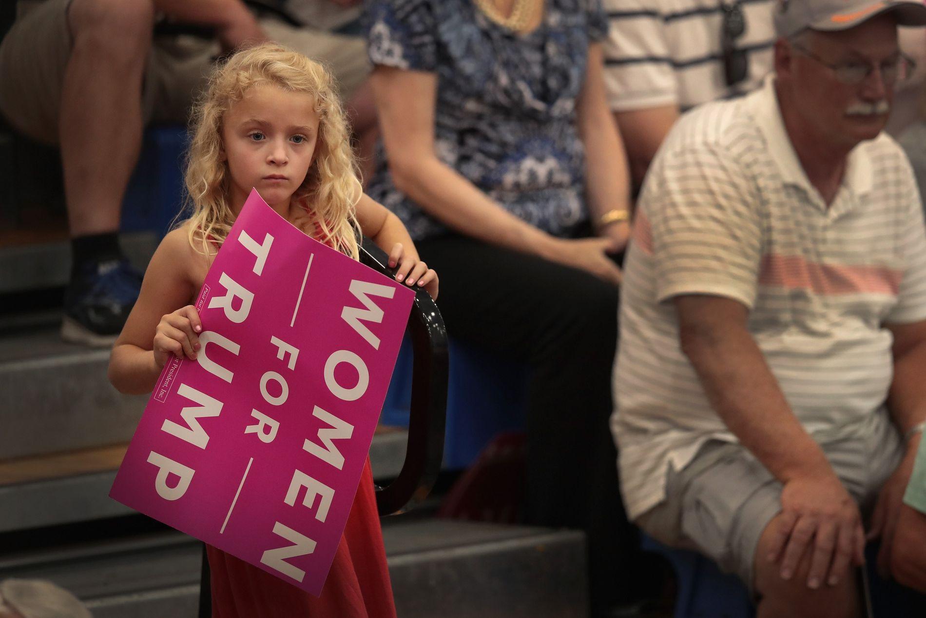 UNG SUPPORTER: Denne unge jenta gikk rundt med Women for Trump-plakat under møtet i Ohio.