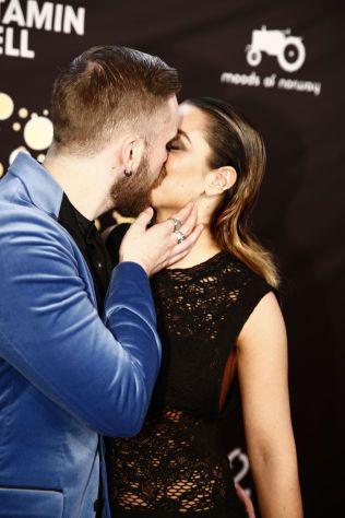 BLIPP-ØYEBLIKKET: Stian Blipp kysset kjæresten Jamina Iversen for åpent kamera.