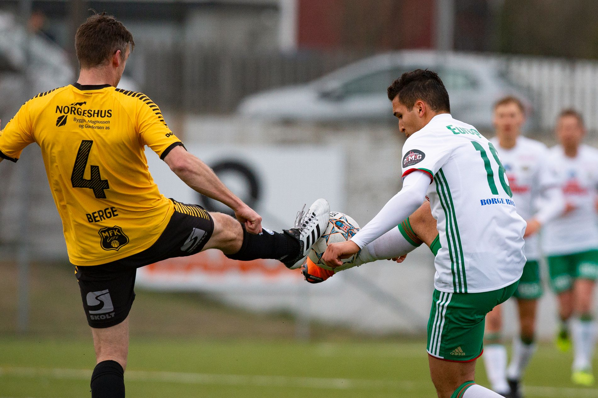 LEGGER OPP: Kjetil Berge gir seg som spiller etter sesongen. Her i duell med Kråkerøys Ridouan Elyounoussi, som for øvrig er yngre bror av Tarik, under vårens cupkamp mellom lagene.