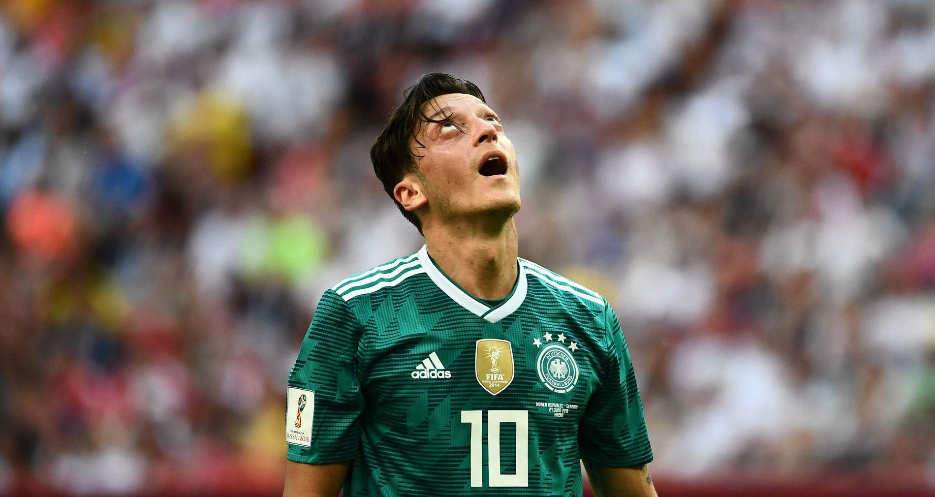 SJOKK-EXIT: Mesut Özil kunne nesten ikke tro det da Die Mannschaft røk ut av VM allerede i gruppespillet.