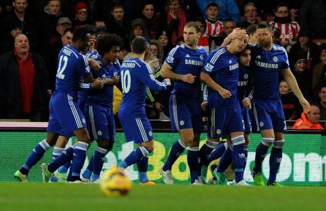 MÅL! John Terry (nummer tre fra høyre) scoret allerede etter et og et halvt minutt da Chelsea slo Stoke.