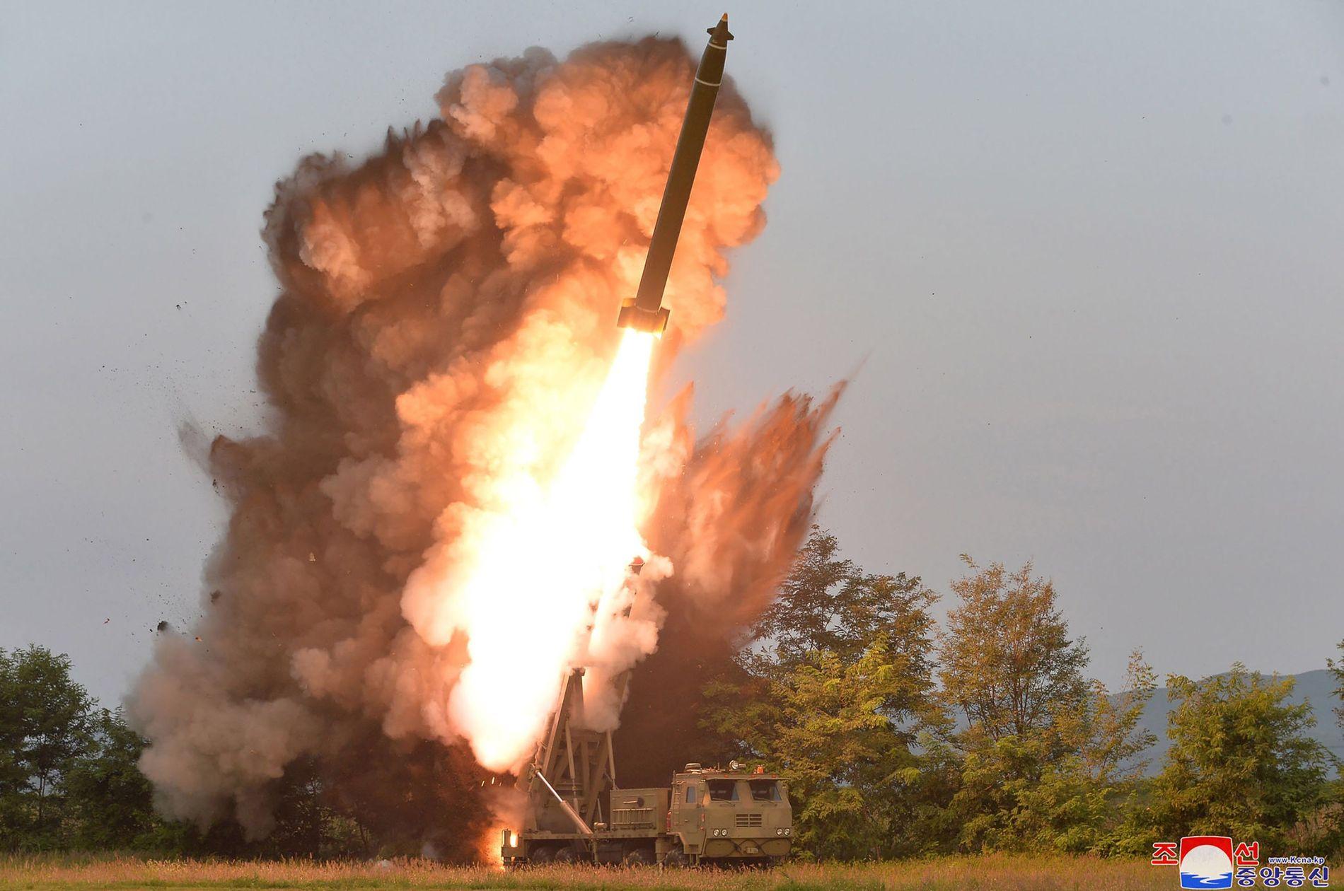 TESTET VÅPEN: Nord-Koreas statlige nyhetsbyrå hevder at bildet viser en nyutviklet «superstor» oppskytingsrampe for raketter.