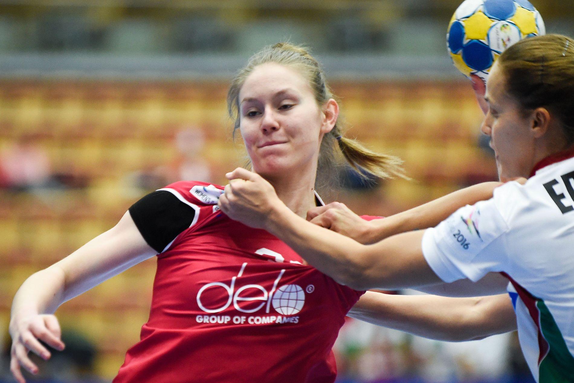 STORTALENT:  Antonina Skorobogatsjenko  blir regnet som et av de aller største talentene i russisk håndball. Her er den dopingtatte mot Ungarns Ildiko Erdosi under senior-EM 2016.
