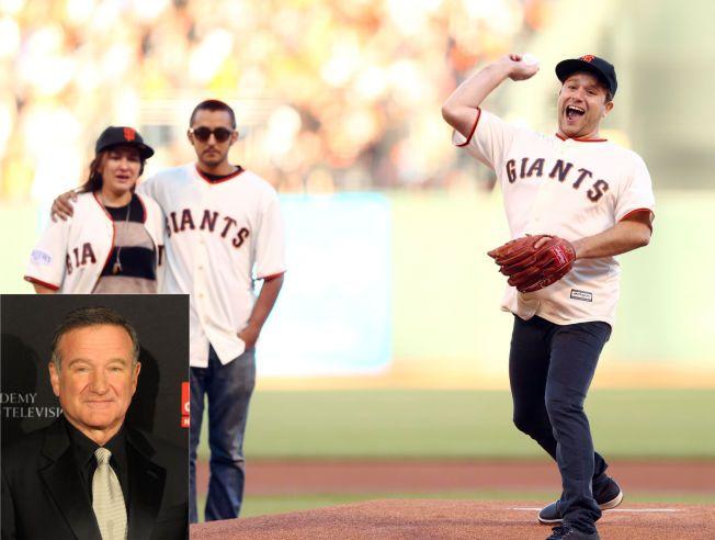 SAVNER FAREN: Zak Williams (t.h) snakker åpent om farens selvmord. Her sammen med Williams' andre barn Zelda og Cody, under en baseball-kamp hvor de hedret deres avdøde far, Robin Williams (innfelt)
