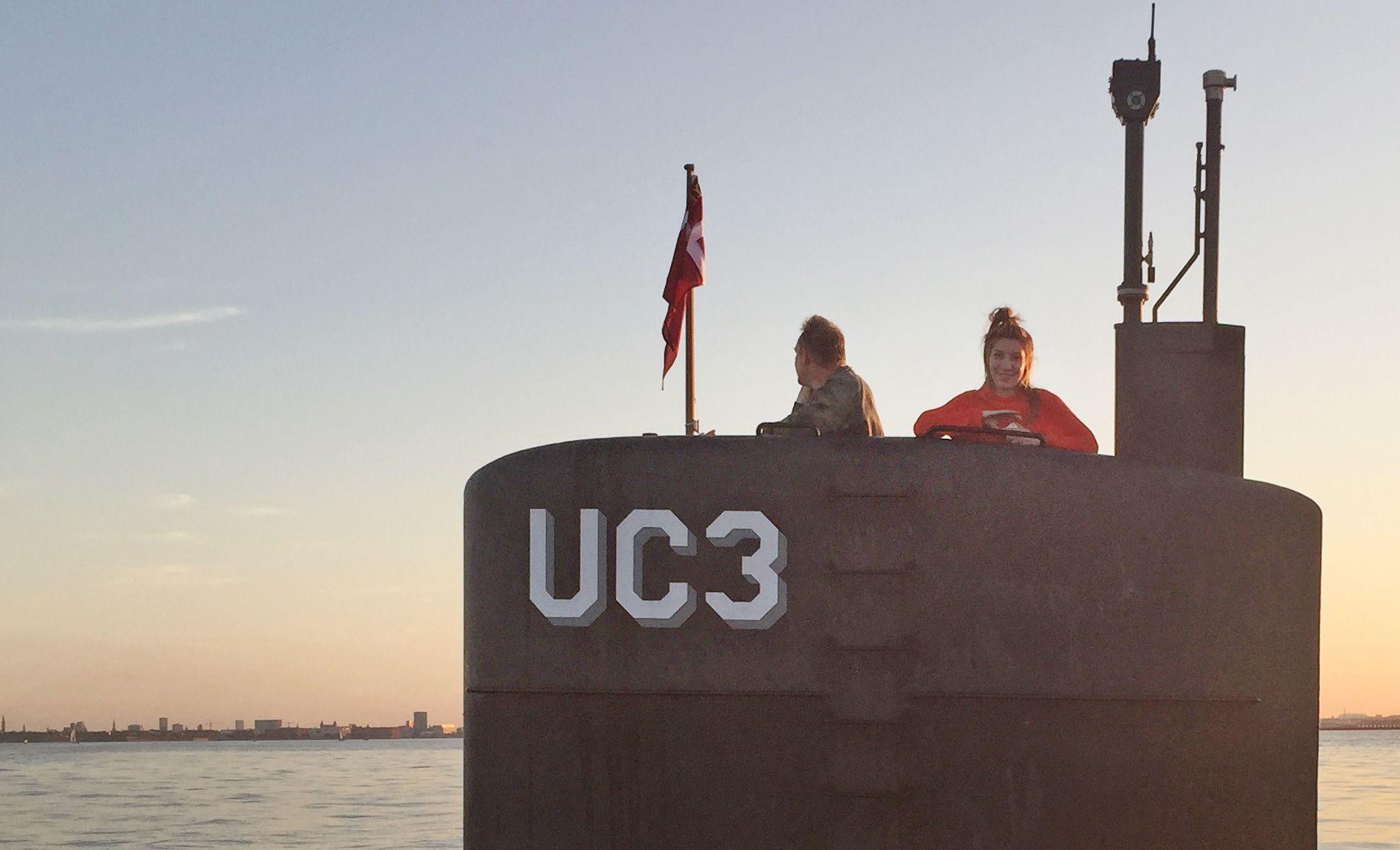 DET SISTE BILDET: Dette bildet er tatt kvelden 10. august og viser Kim Wall og Peter Madsen ombord i hans ubåt. Det er det siste bildet tatt av Wall i livet. Dager senere ble overkroppen hennes funnet i vannkanten utenfor Danmarks hovedstad.