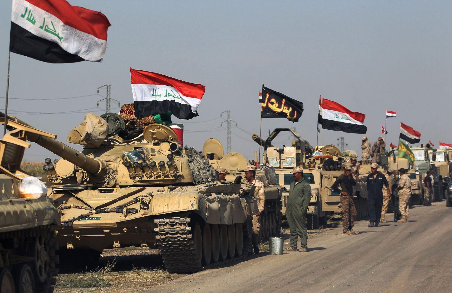 IRAKISK KONVOI: Den irakiske regjeringshæren satte natt til mandag kurs mot kurdiske peshmergas militærposter sør for Kirkuk i Nord-Irak.