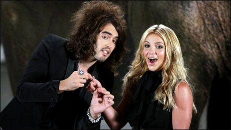 MTV-SUKSESS: Britney Spears, her sammen med MTV-vert Russell Brand, fikk tre videopriser under showet som var i helgen. Foto: AP